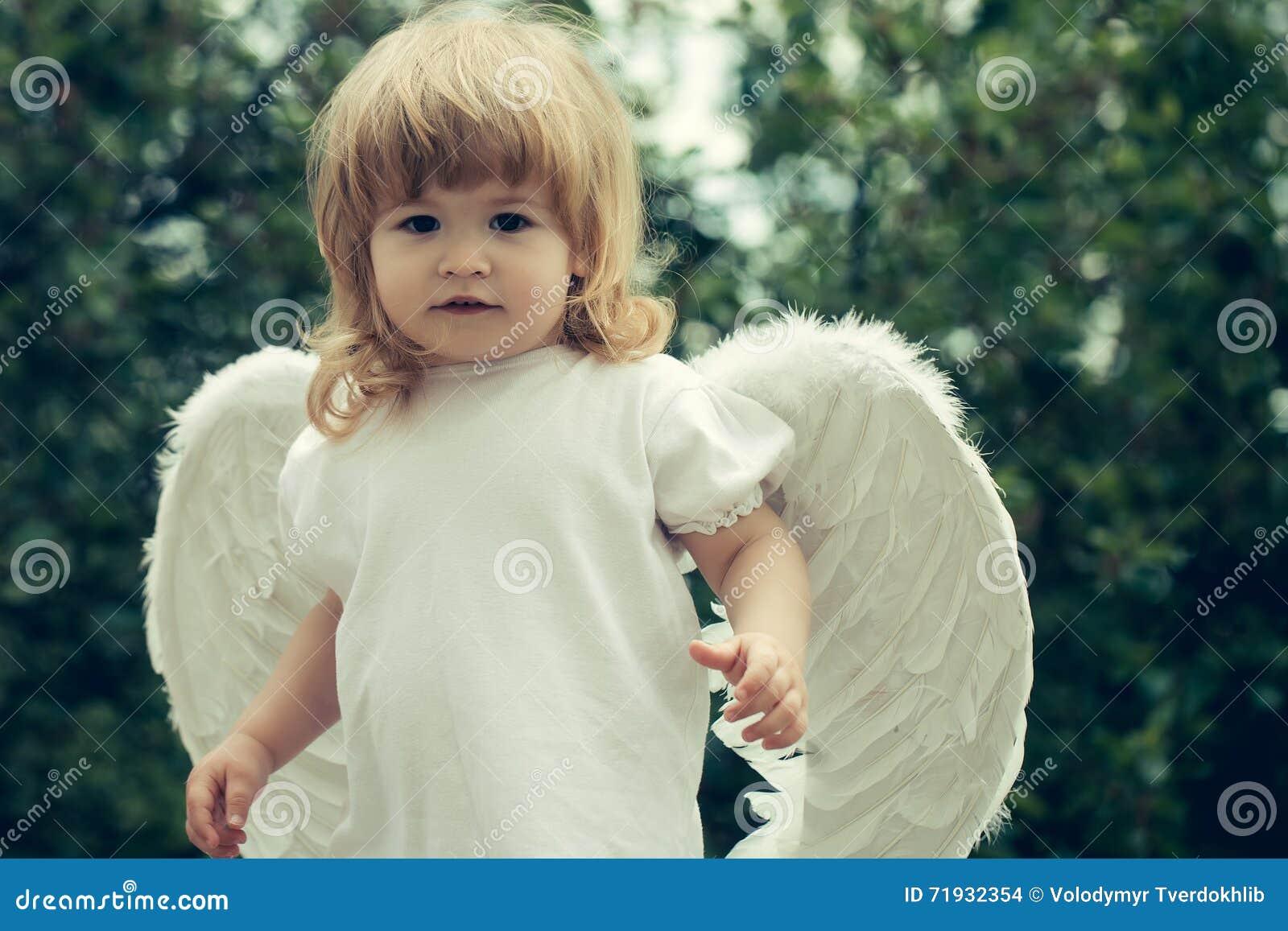 Мальчик одетый как ангел
