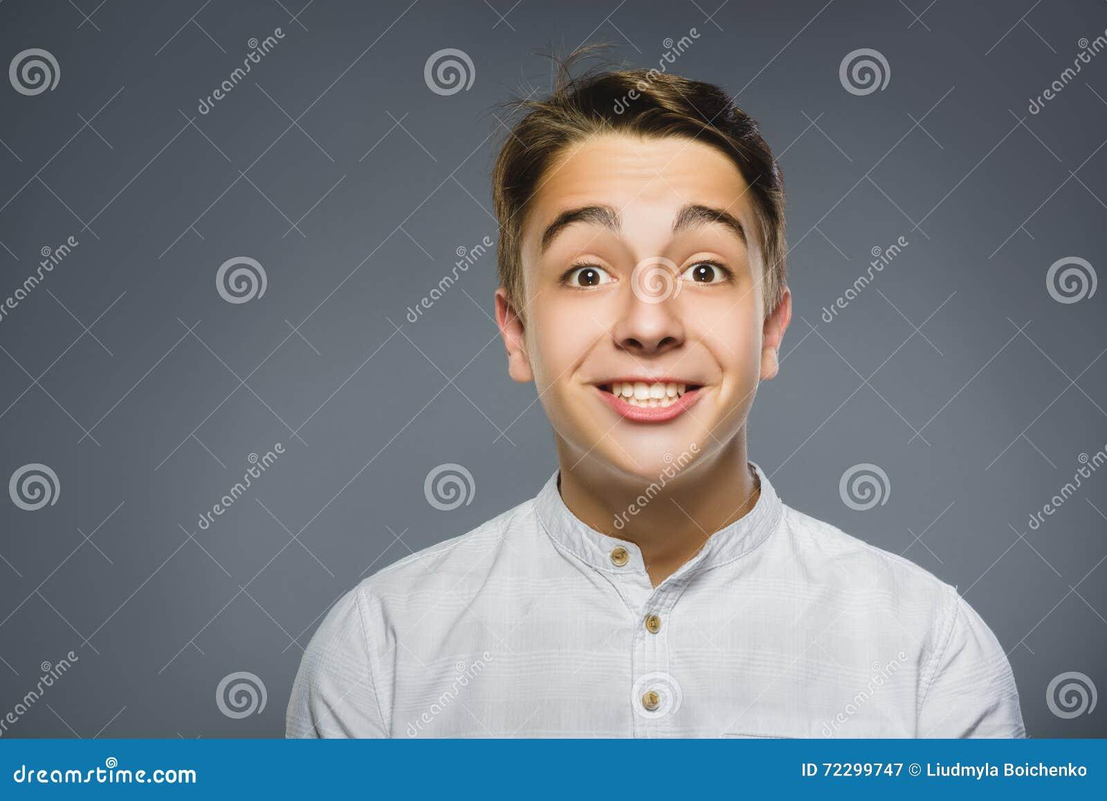 Download Мальчик портрета крупного плана успешный счастливый изолировал серую предпосылку Положительное человеческое выражение стороны эмо Стоковое Изображение - изображение насчитывающей excited, малыш: 72299747