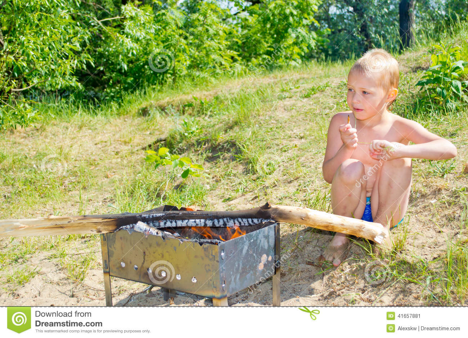 Мальчик разжигает