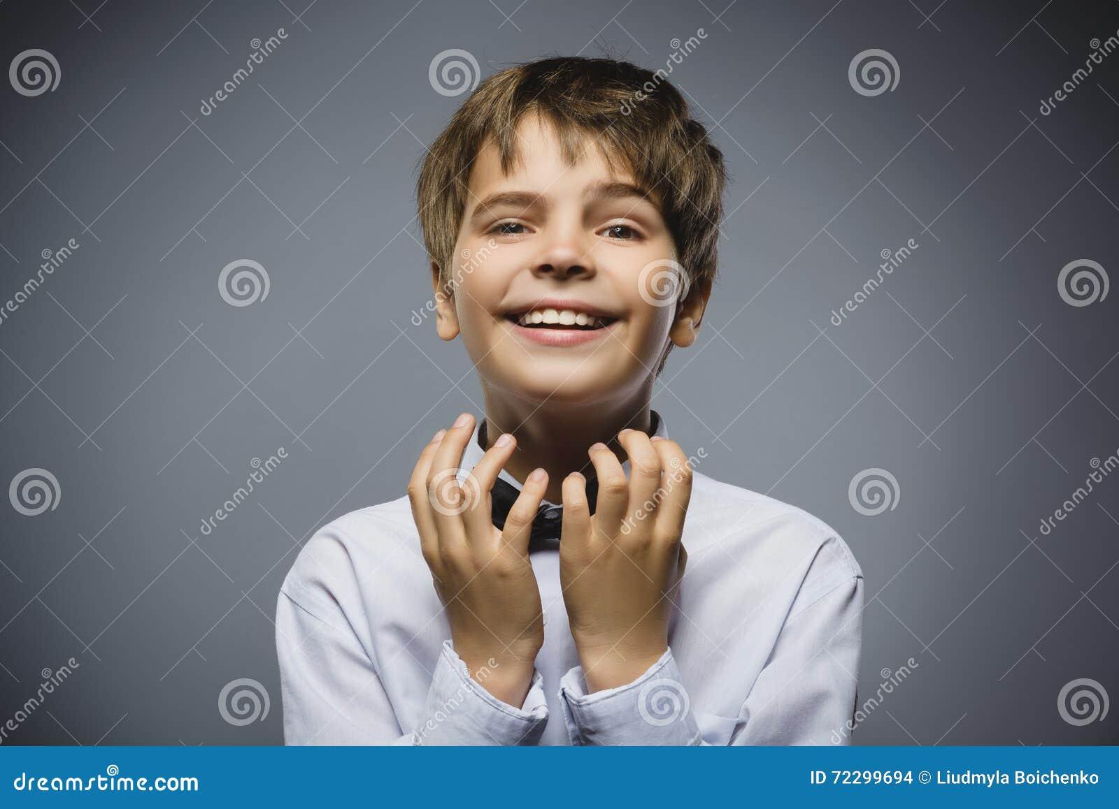 Download мальчик счастливый Портрет крупного плана красивый предназначенный для подростков признавать или Beging на серой предпосылке Стоковое Фото - изображение насчитывающей умолите, персона: 72299694