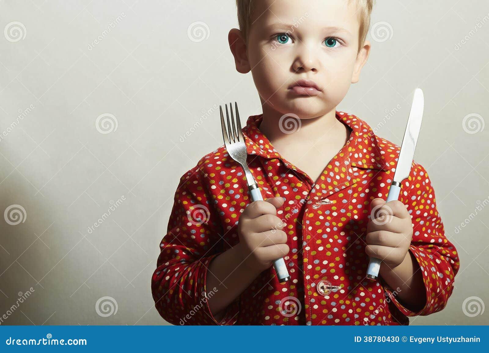 Мальчик с вилкой и Knife.Want, который нужно съесть