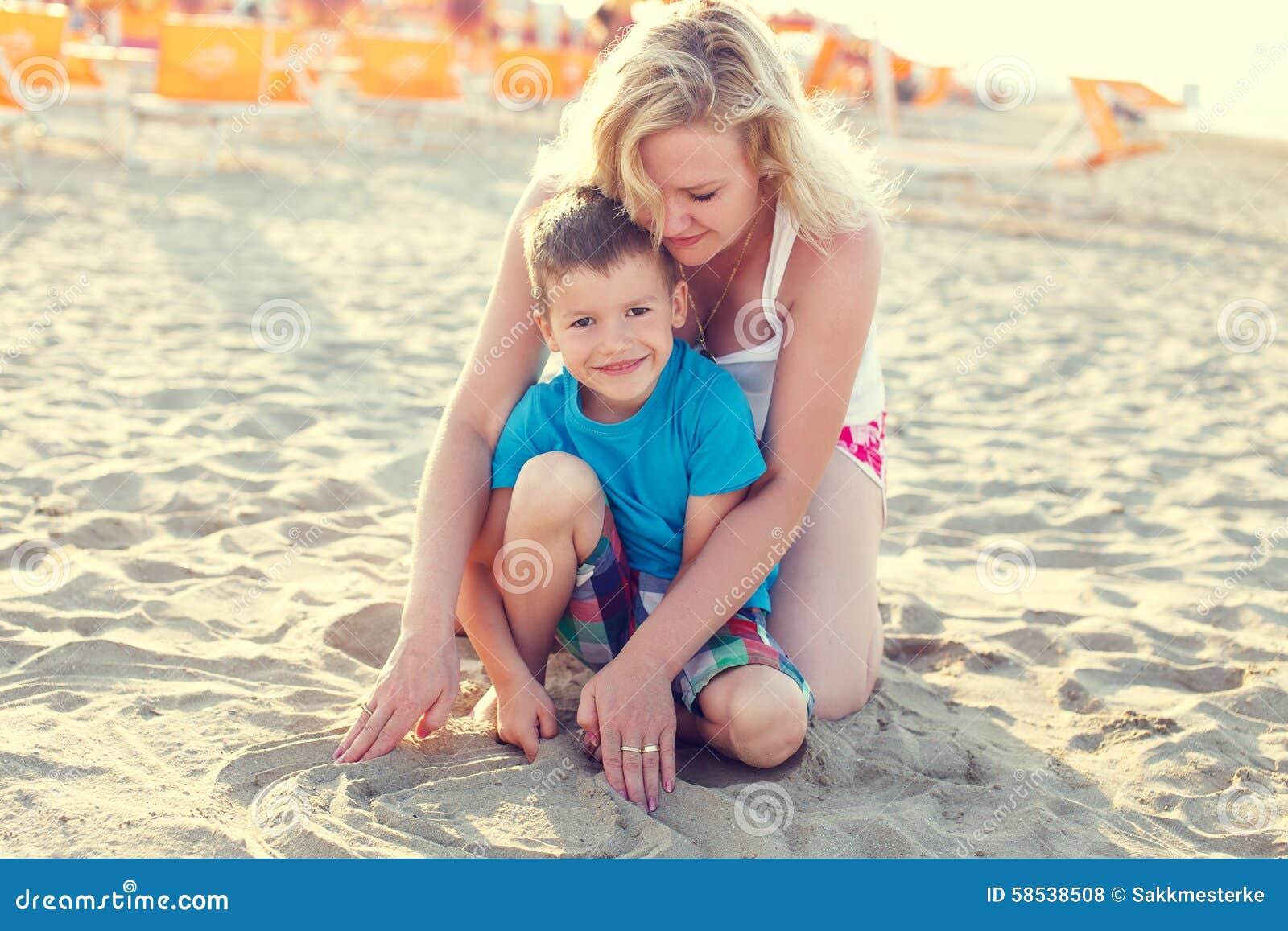 Рассказ секс мамы с сыном на отдыхе, Инцест - Эротический рассказ 17 фотография