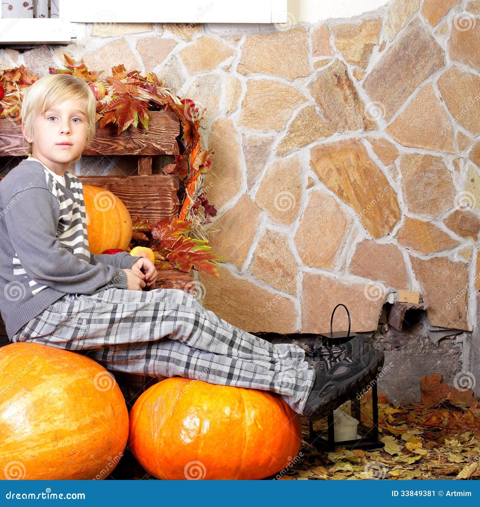 Мальчик с тыквой осени