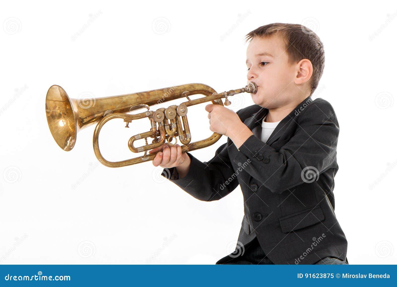 Мальчик дуя в трубу