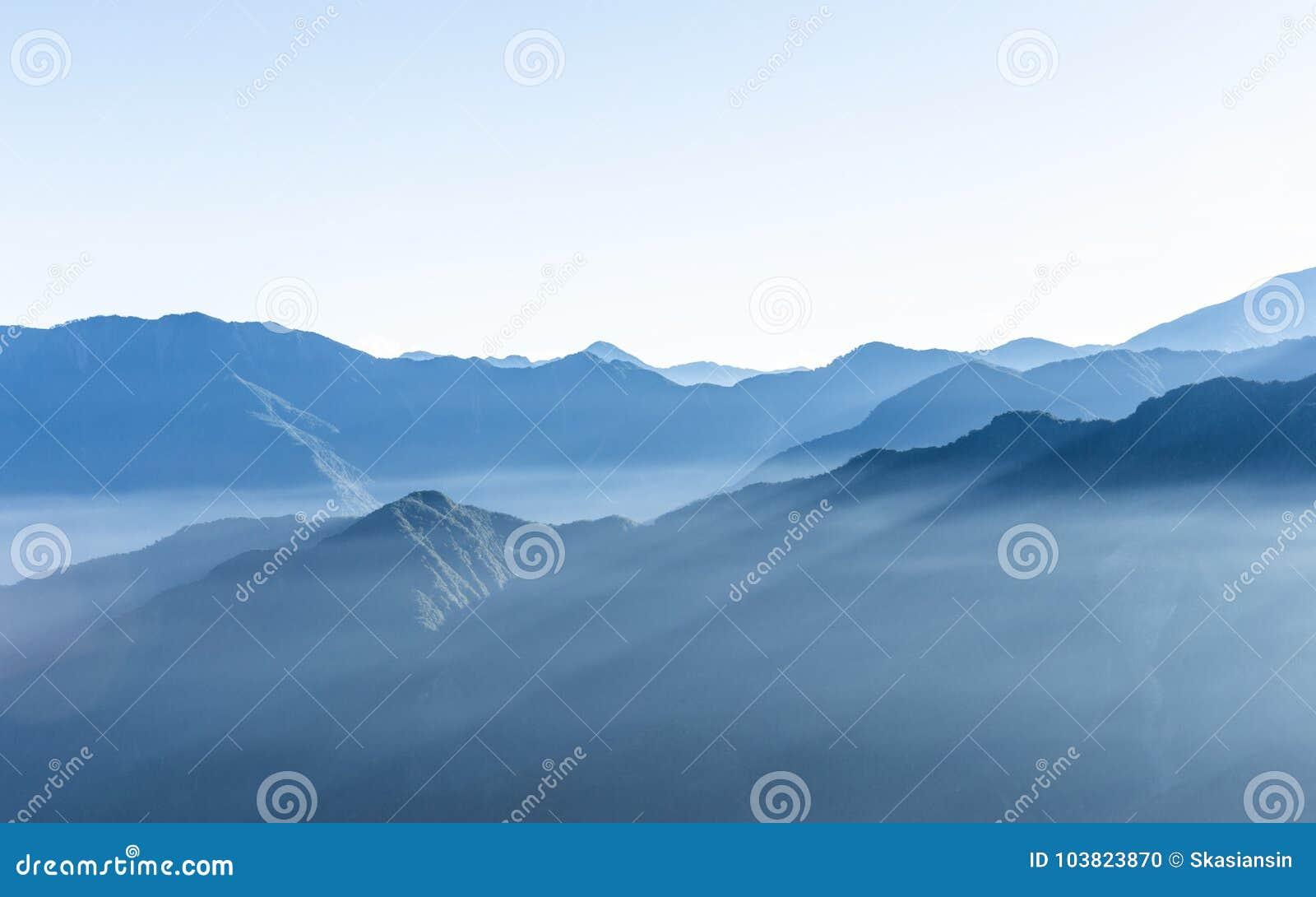 Мглистая голубая гора горы Zhushan в Тайване