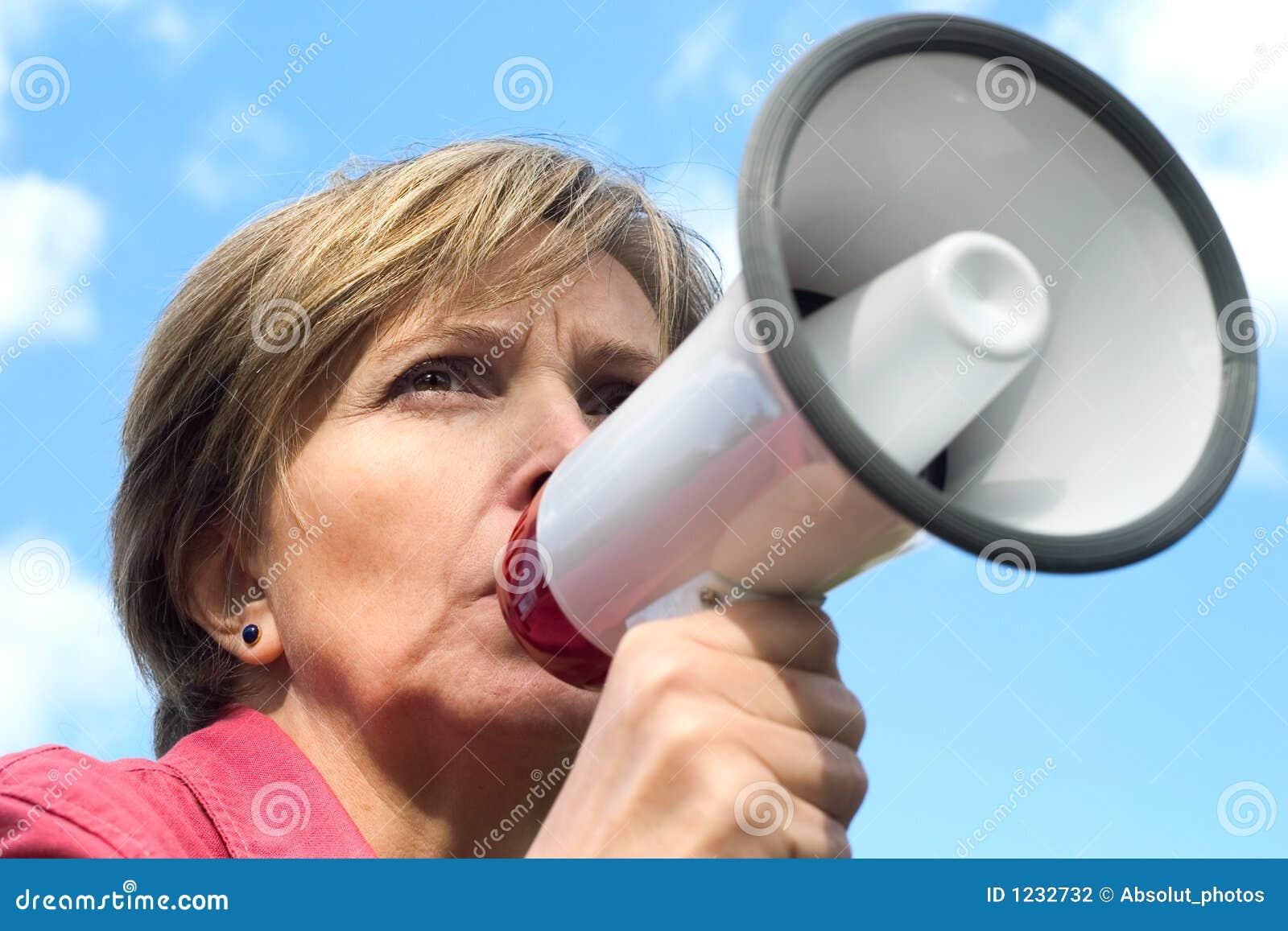 мегафон кричит женщина