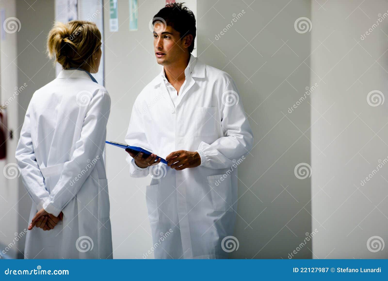 Медицинские персоналы советуя с
