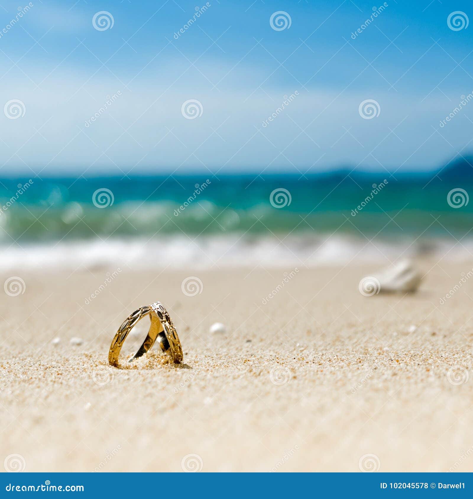 Медовый месяц на тропическом острове, 2 обручальных кольцах на пляже