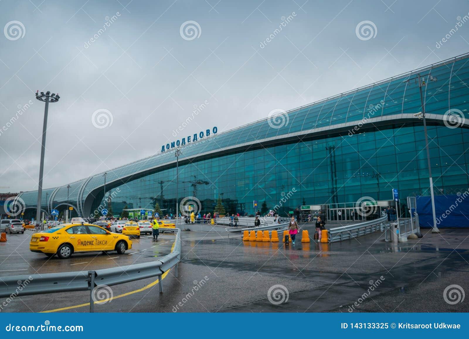 Международное здание аэропорта Domodedovo на идти дождь день в Москве, России