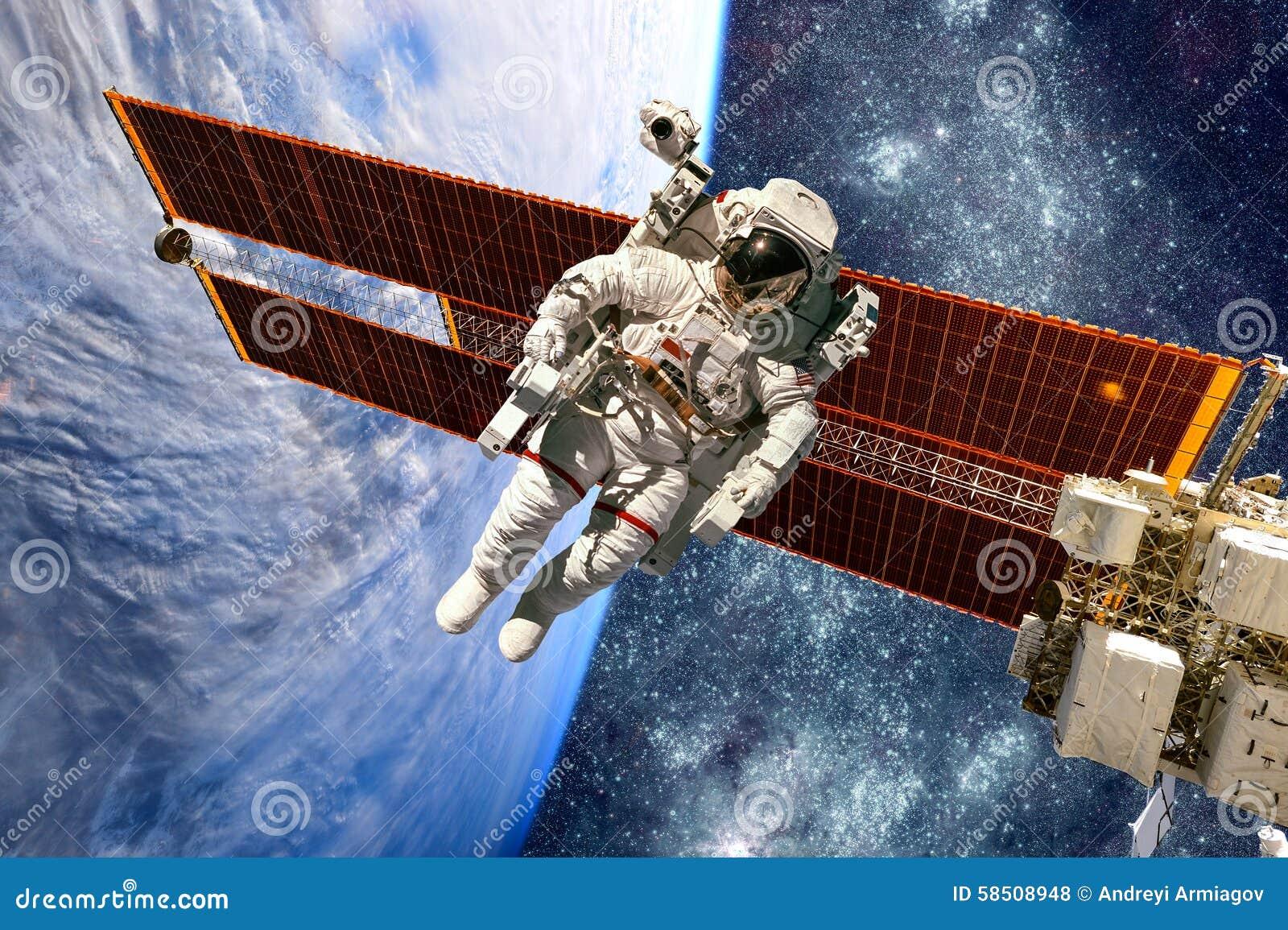 Международная космическая станция и астронавт