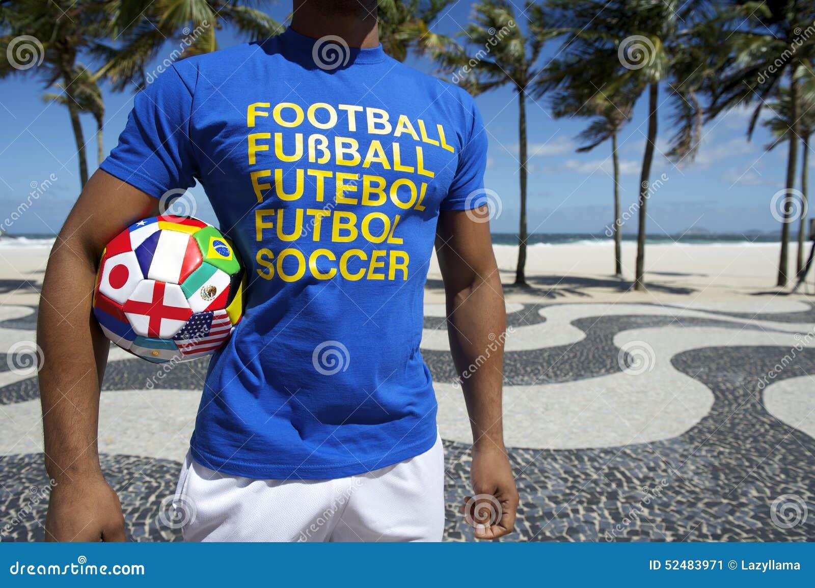 Международный футболист с футбольным мячом Copacabana Рио