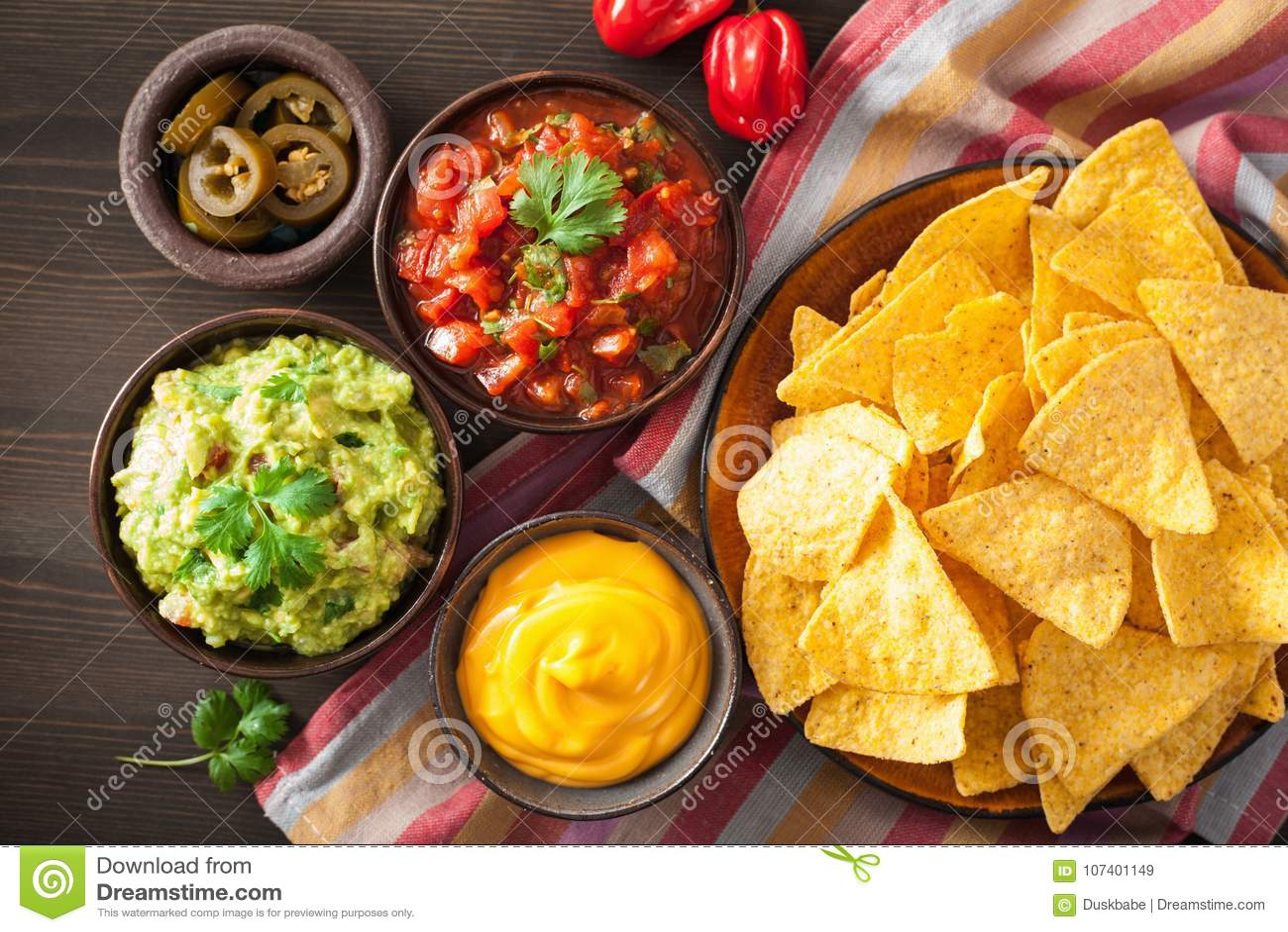 Мексиканские обломоки tortilla nachos с гуакамоле, сальсой и сыром d