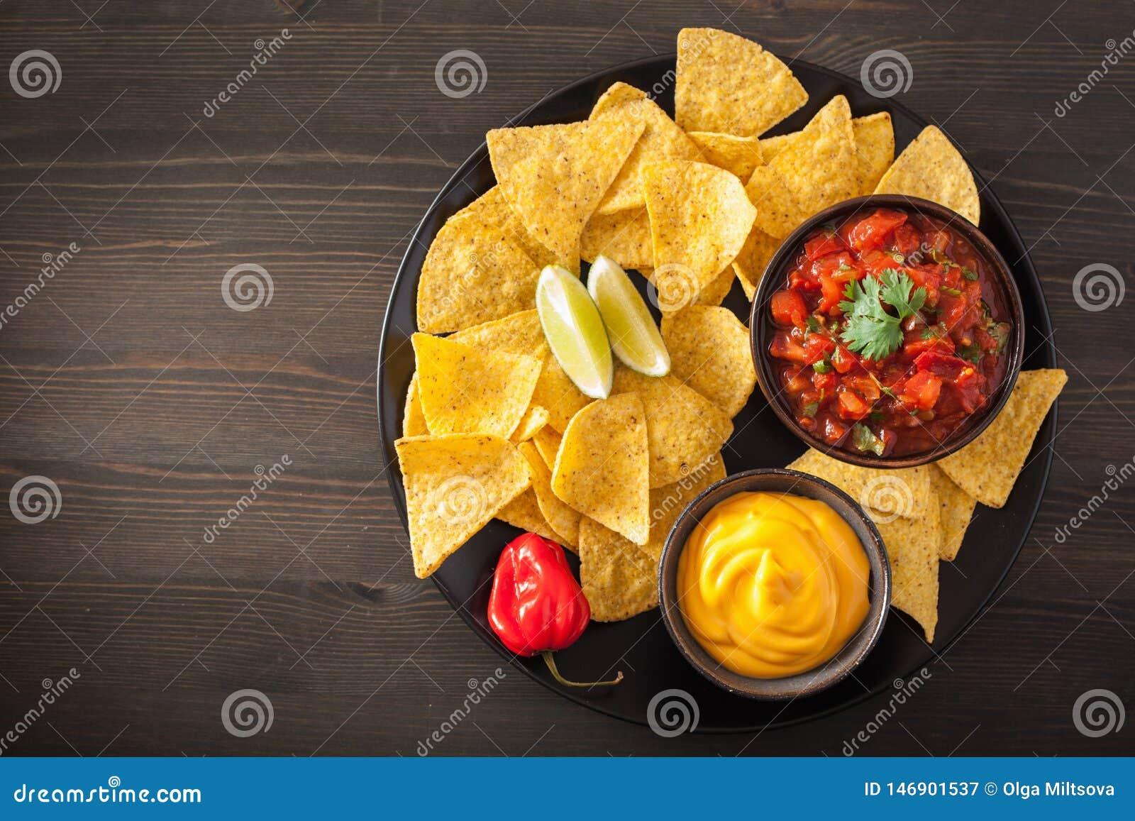 Мексиканские обломоки tortilla nachos с погружением сальсы и сыра