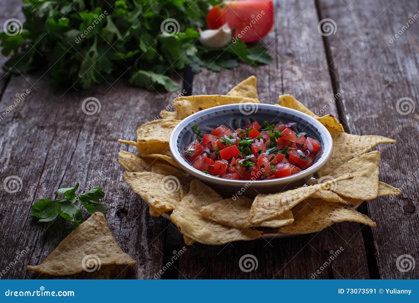 Мексиканские nachos обломоков мозоли с погружением сальсы