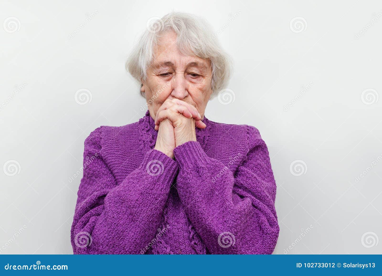 Меланхоличная старшая женщина