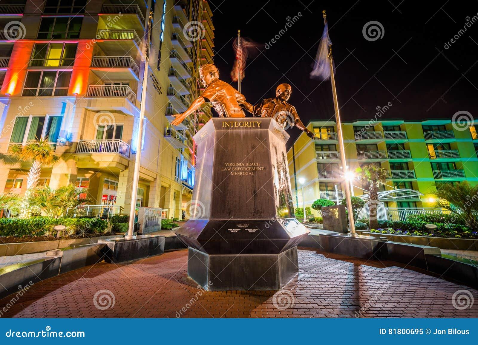 Мемориал правоохранительных органов Virginia Beach на ноче, в Virgini