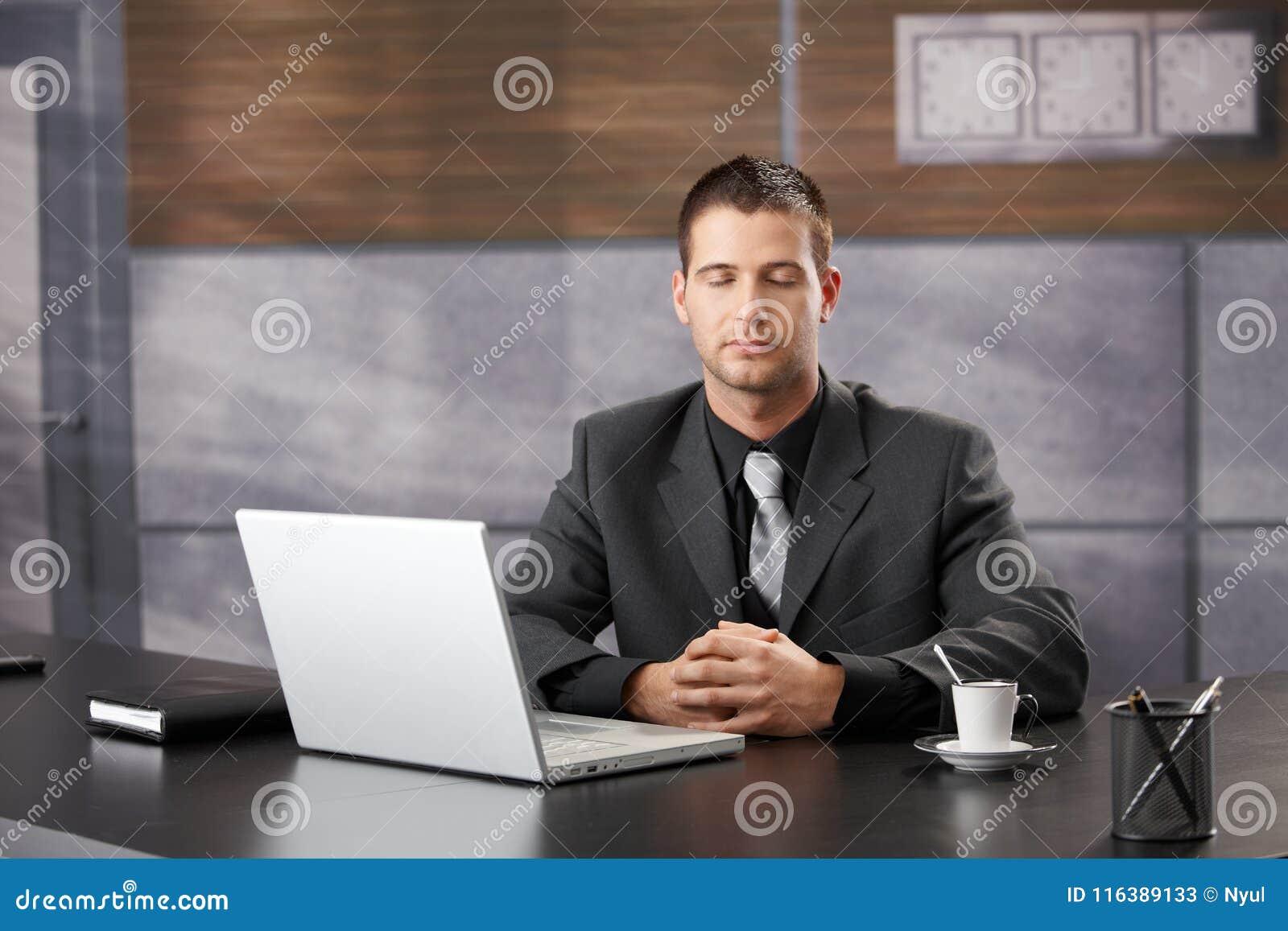 Менеджер высшего звена размышляя в элегантном офисе