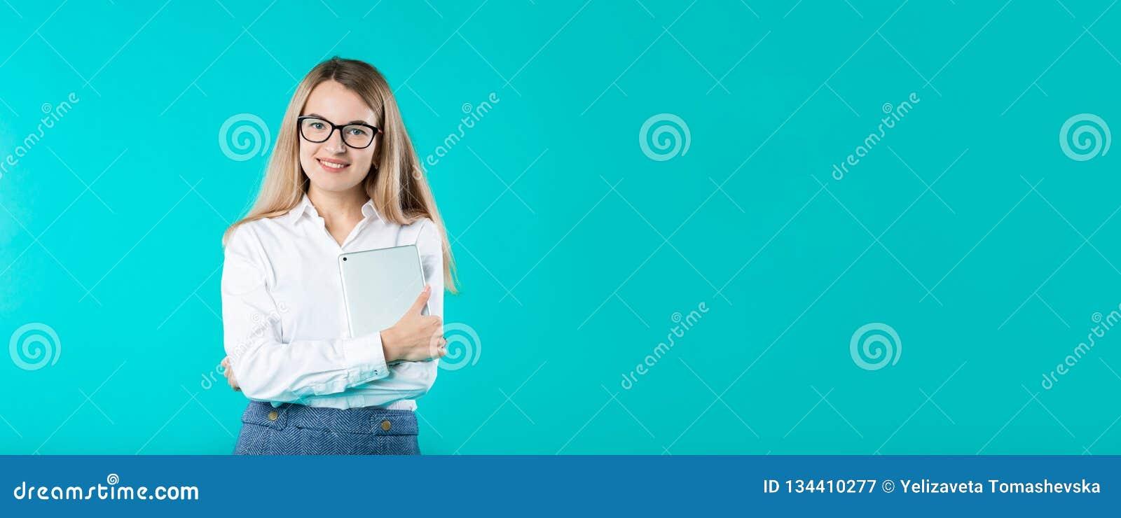 Менторство тренера учителя работника женщины портрета молодое кавказское в волосах белого стиля офиса рубашки длинных с планшетом