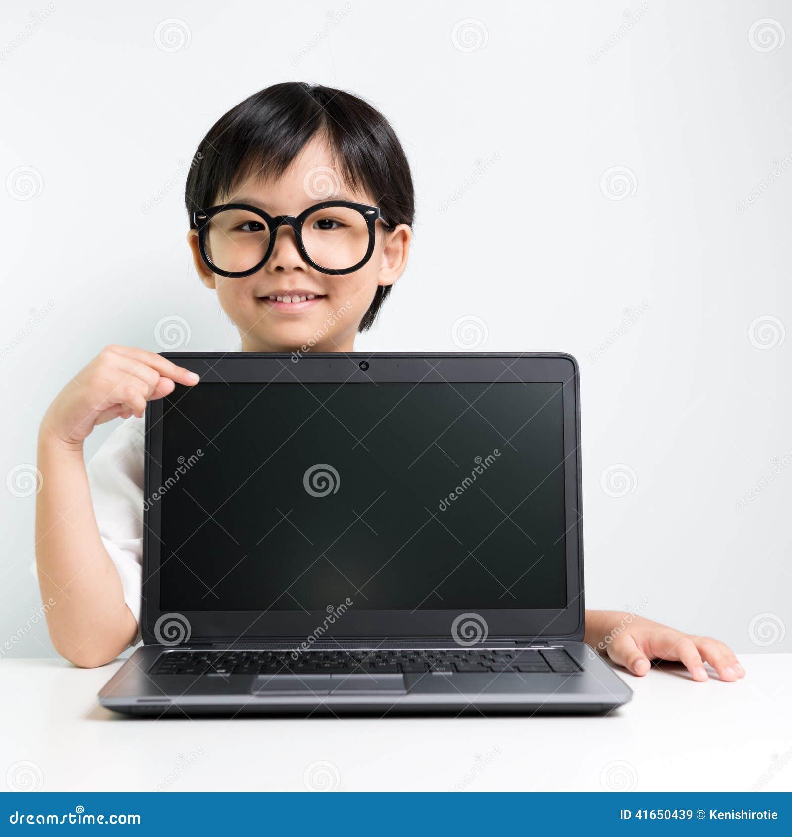 Меньшая девушка школы с компьтер-книжкой
