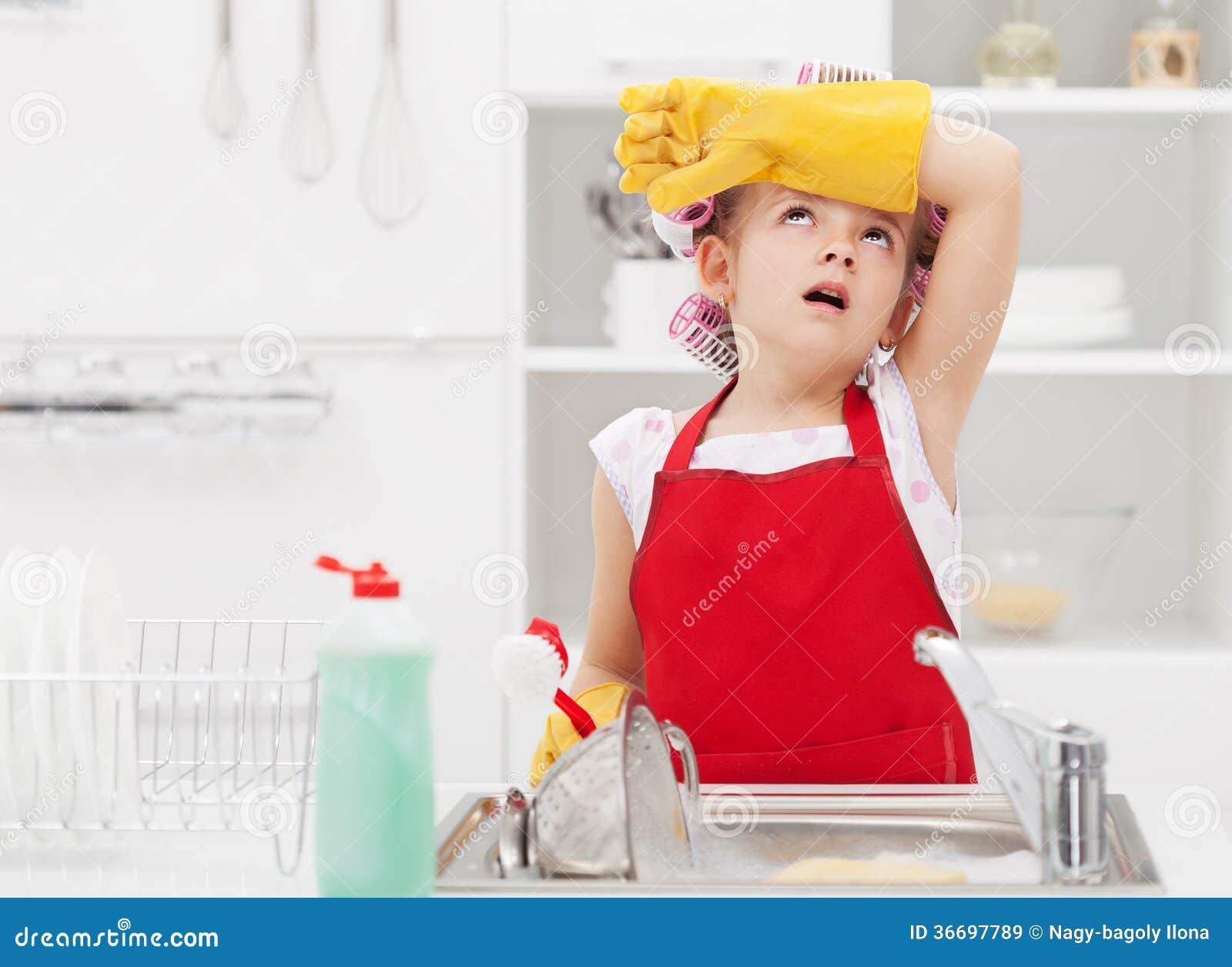 Меньшее утомленное домоустройства fairy домашних работ по дому