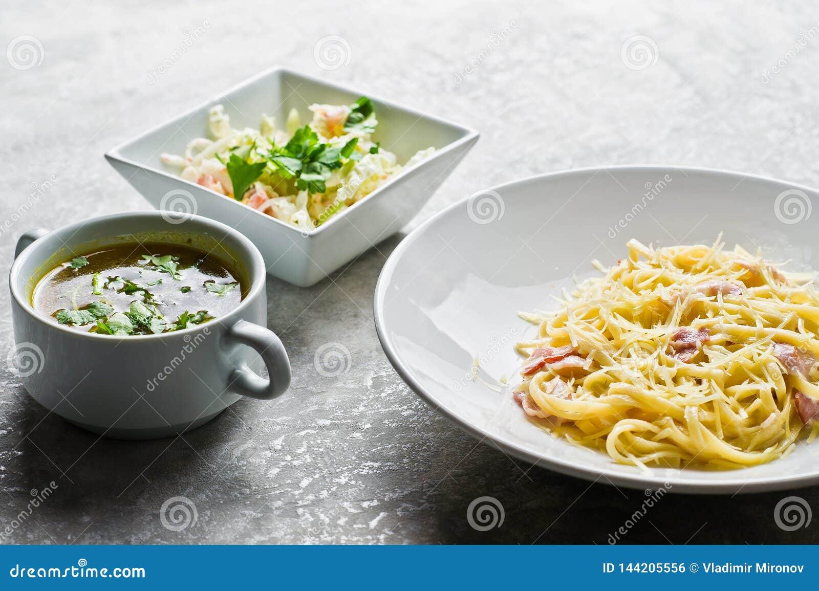 Меню обеда ресторанного бизнеса, макаронные изделия Carbonara, зеленый салат и куриный суп