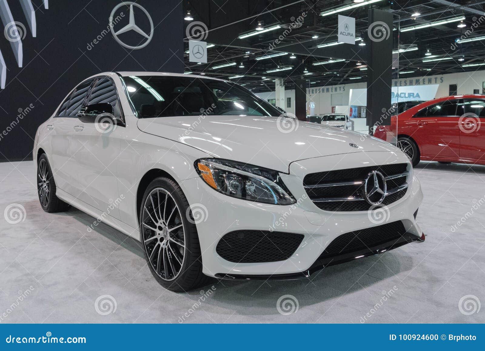 Мерседес-Benz E300 на дисплее