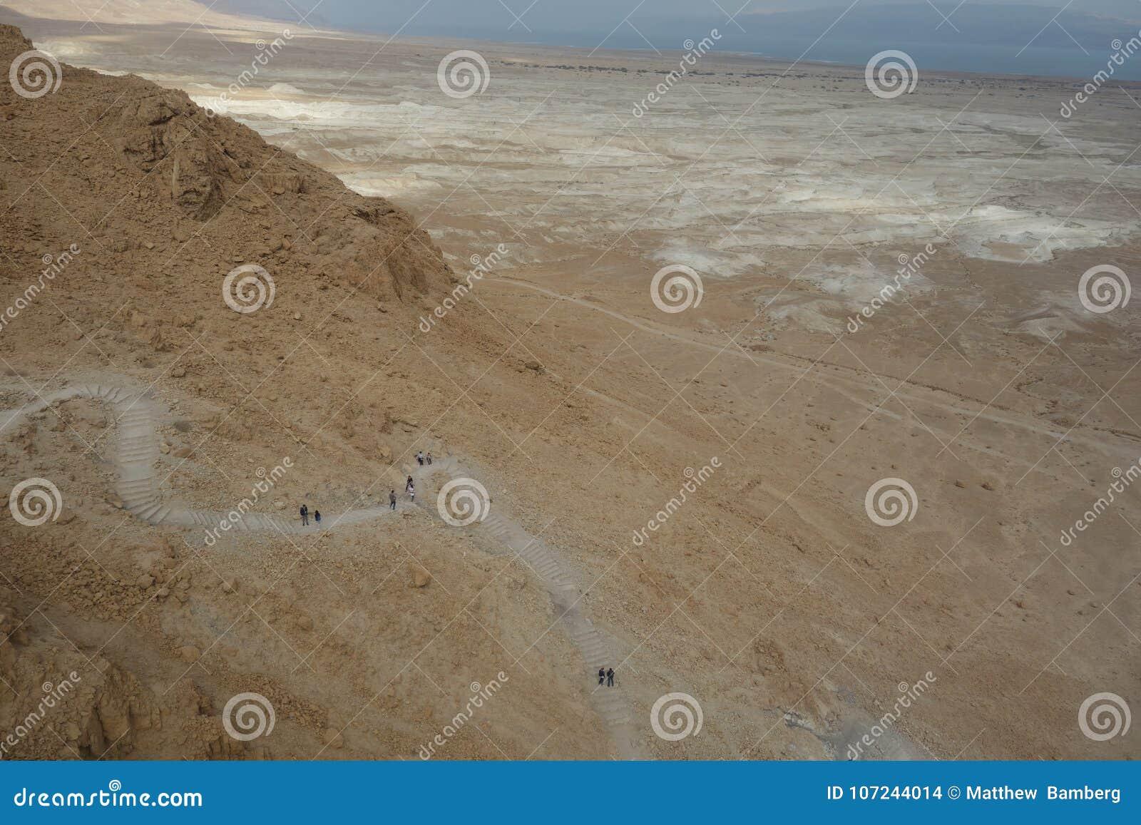 Мертвое море во время зимы показывая тропу до Masada