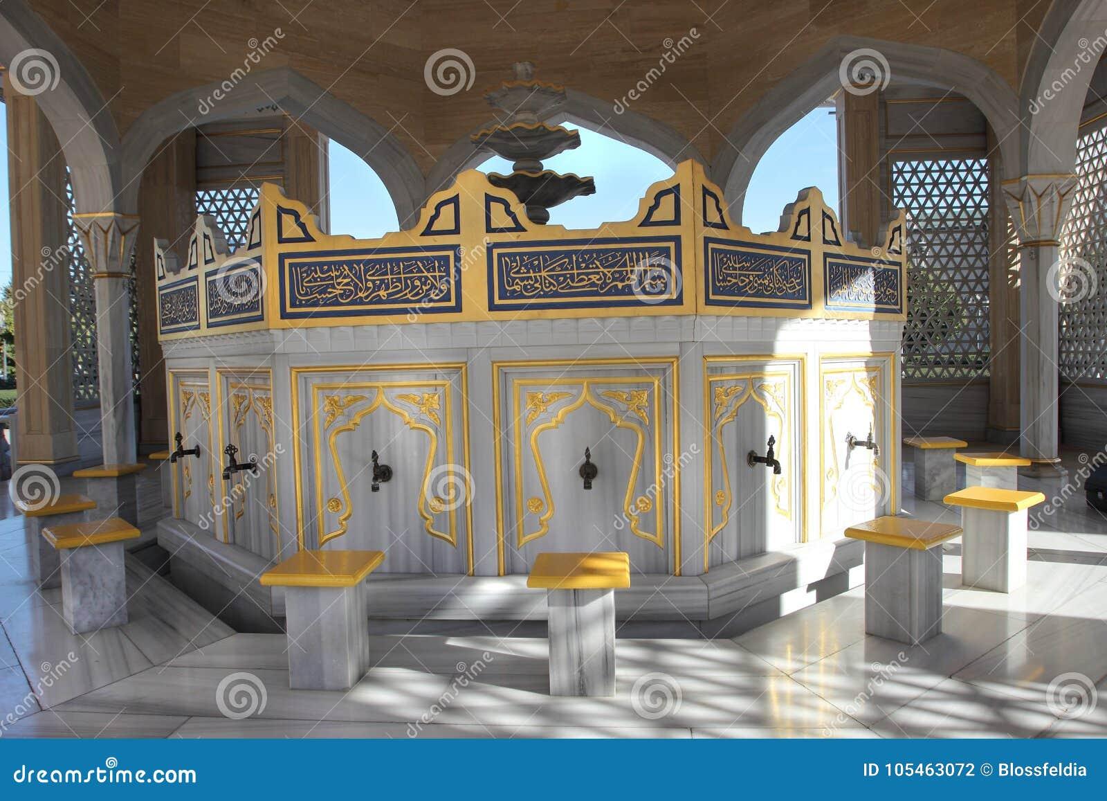 Место для мыть ноги в мечети Akhmad Kadyrov в городе Грозного, Чечне