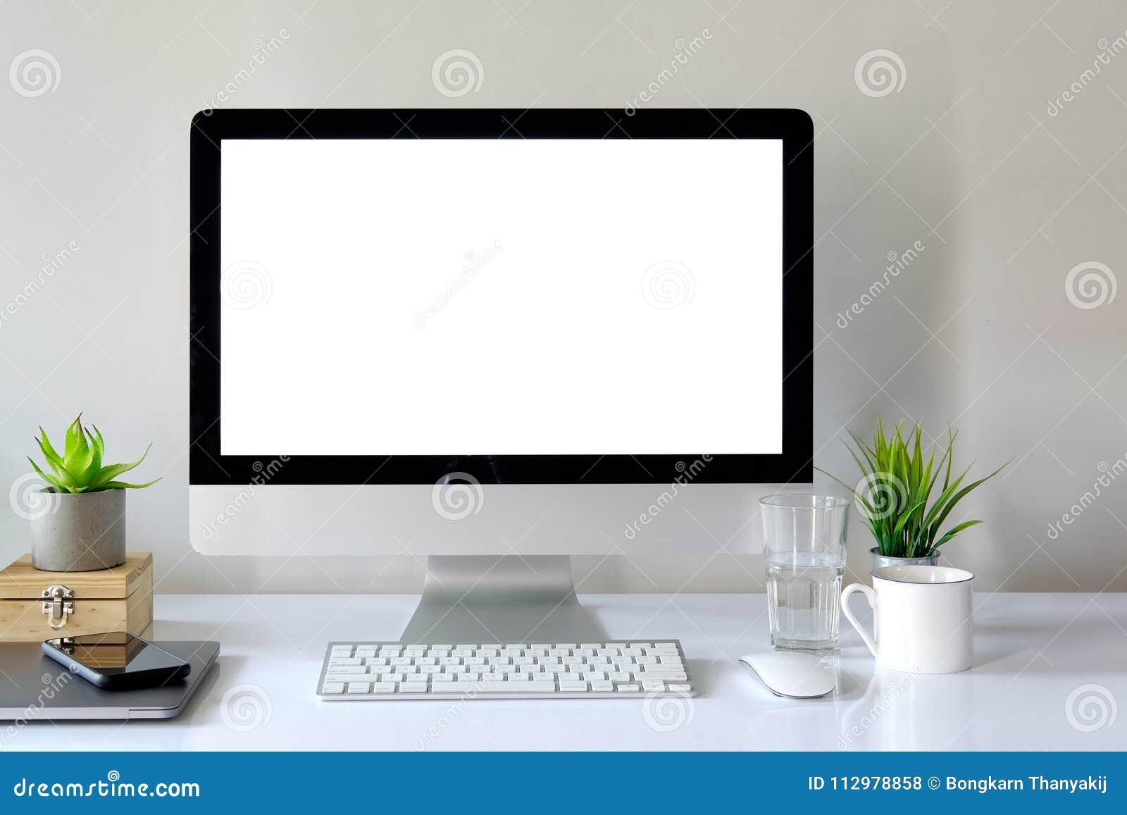 Место для работы с компьютером с пустым белым экраном