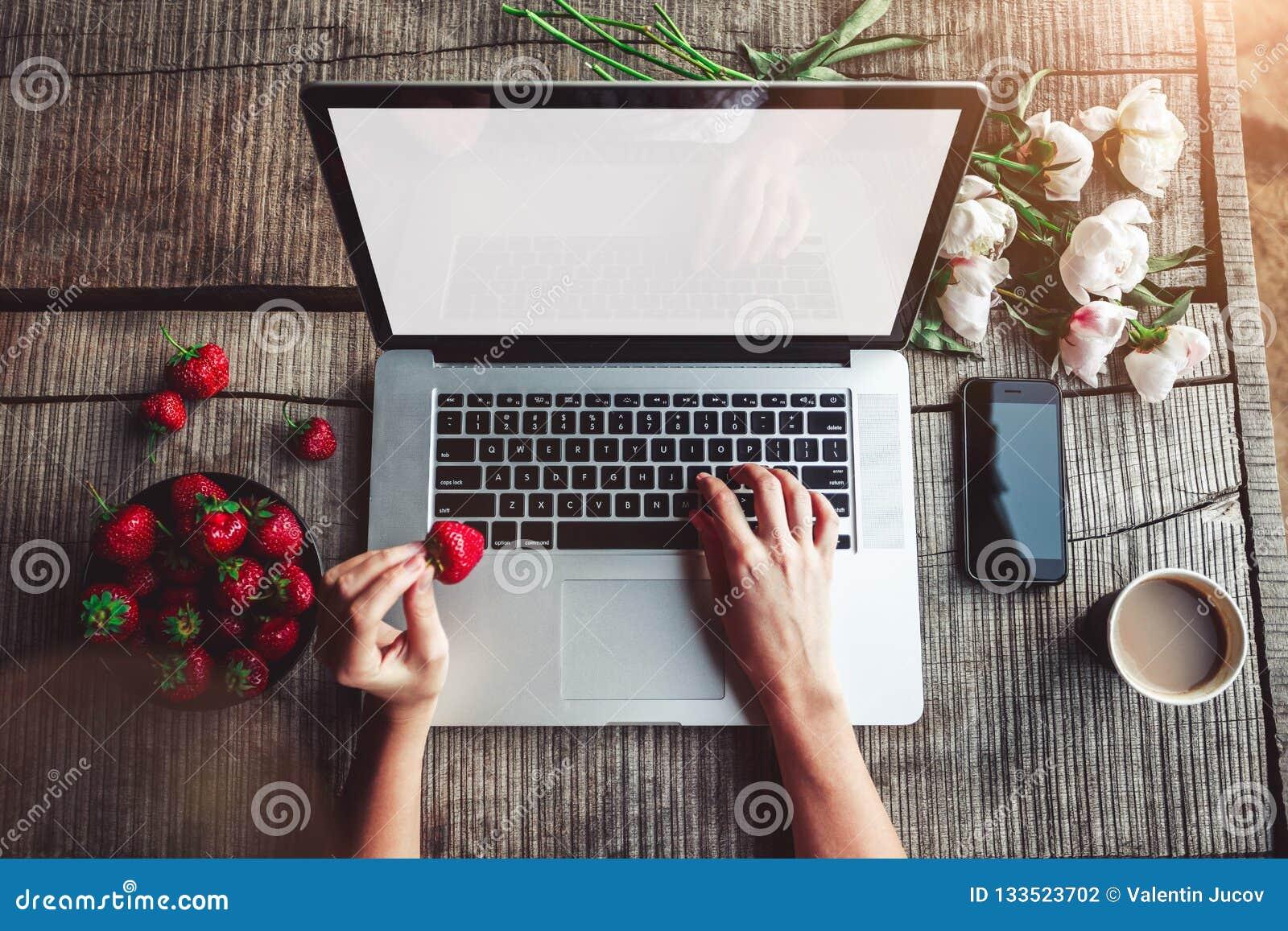 Место работы девушки работа вебкам спб ежедневные выплаты