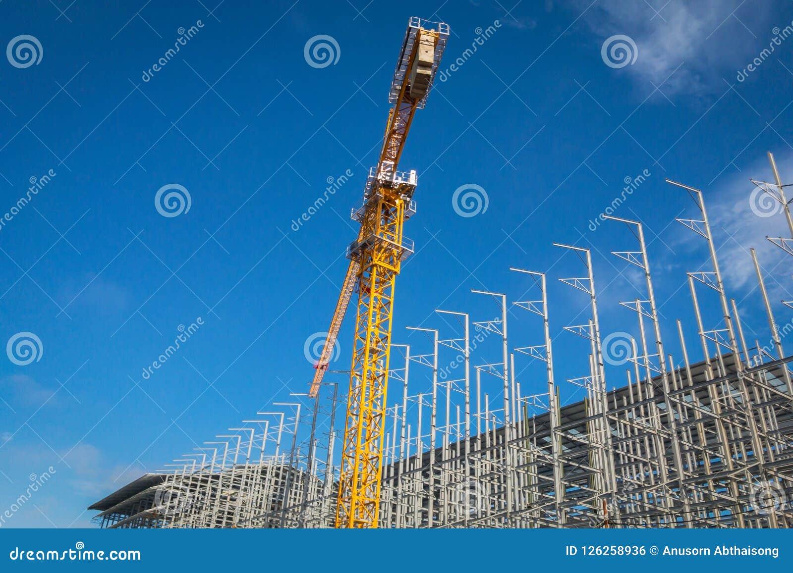 Место строительной конструкции с краном башни против голубого неба