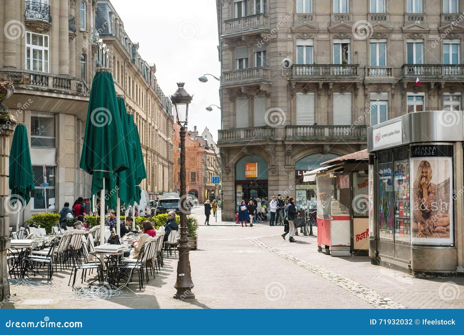 Место Frenc с кафем и прессой и зданиями