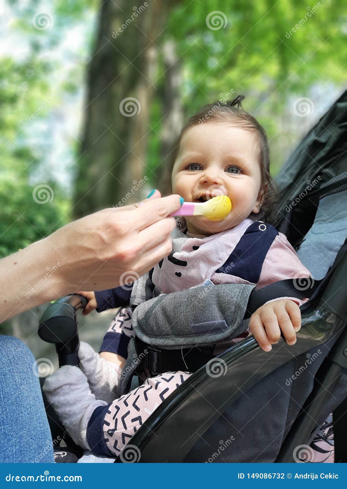 9 месяцев старого ребенка в еде парка