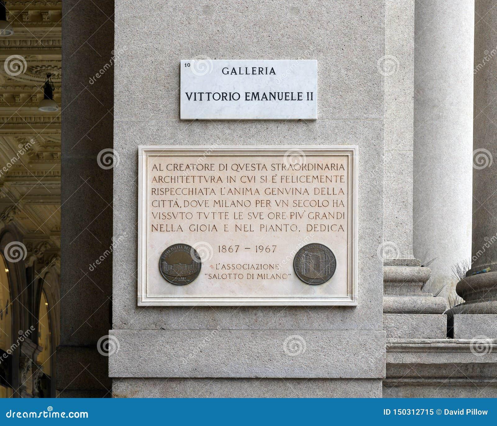 Металлическая пластинка информации на входе к Galleria Vittorio Emanuele II в Милане, торговом центре Италии самом старом