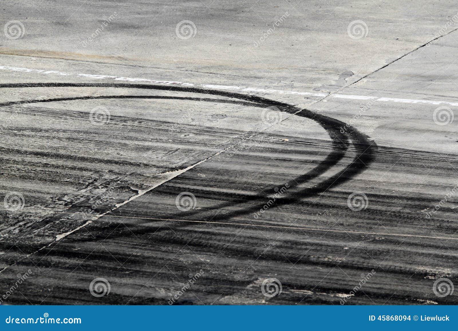 Метки автошины на следе дороги