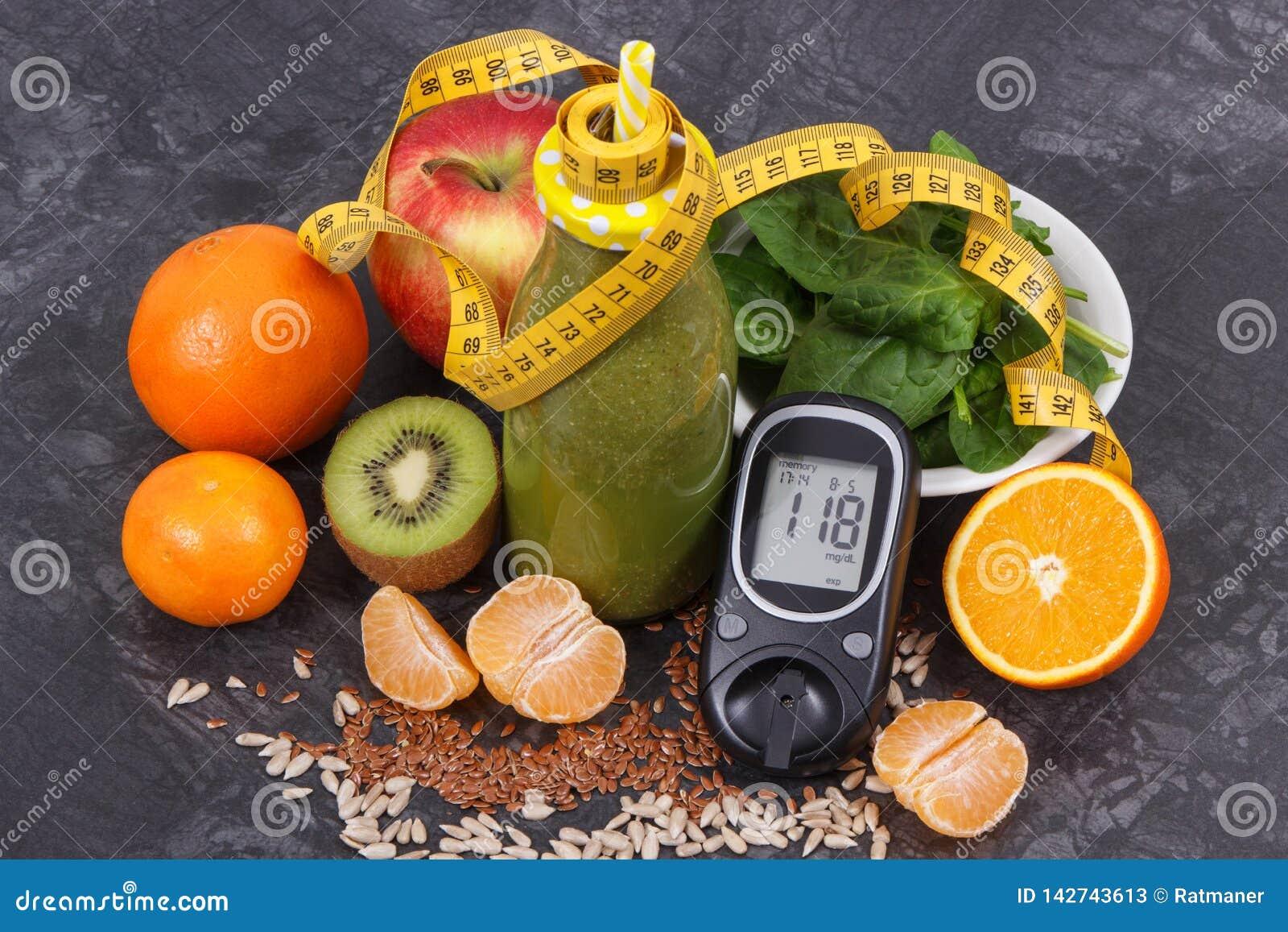 Метр глюкозы с уровнем сахара, рулеткой и свежо смешанным coctail от фруктов и овощей, диабета и здорового