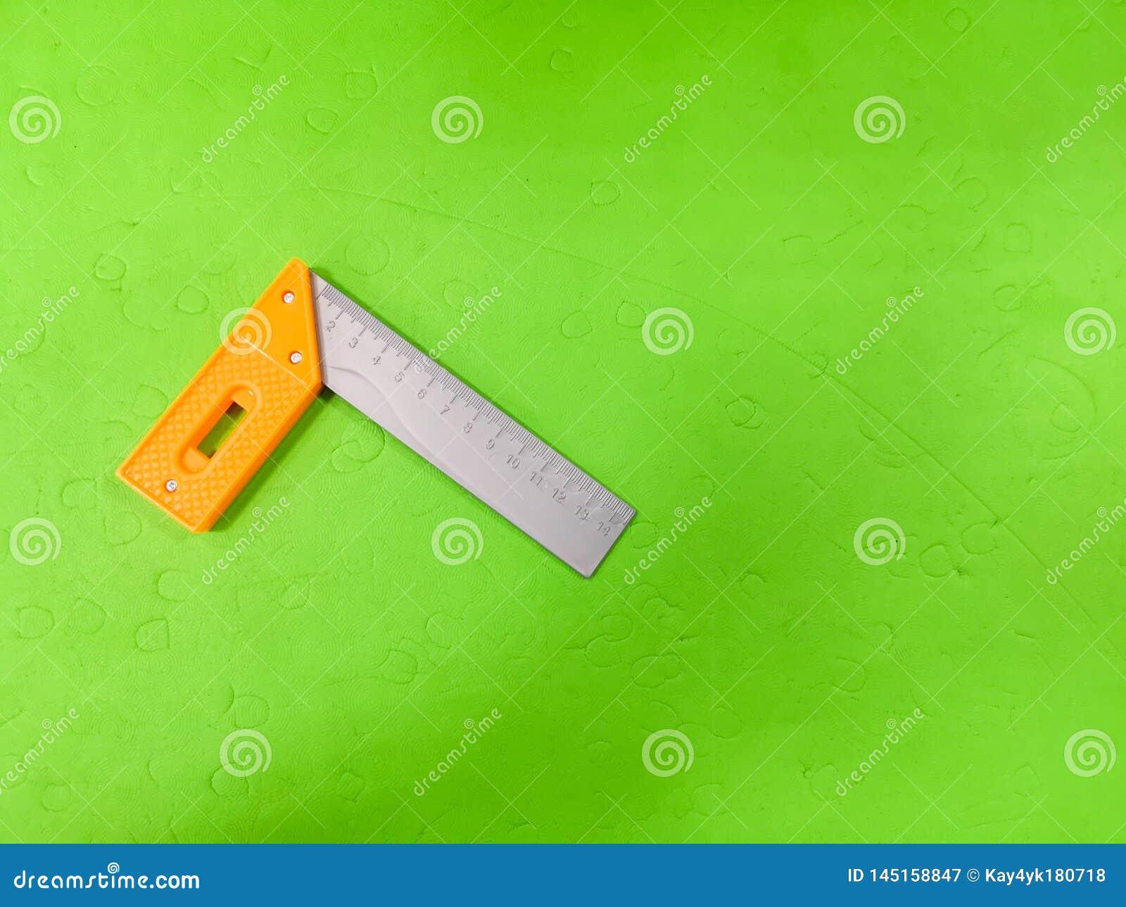 Метр детей, на зеленой предпосылке Инструмент для ребенка, etsky ремонтника, развития для детей, подготавливая ребенка