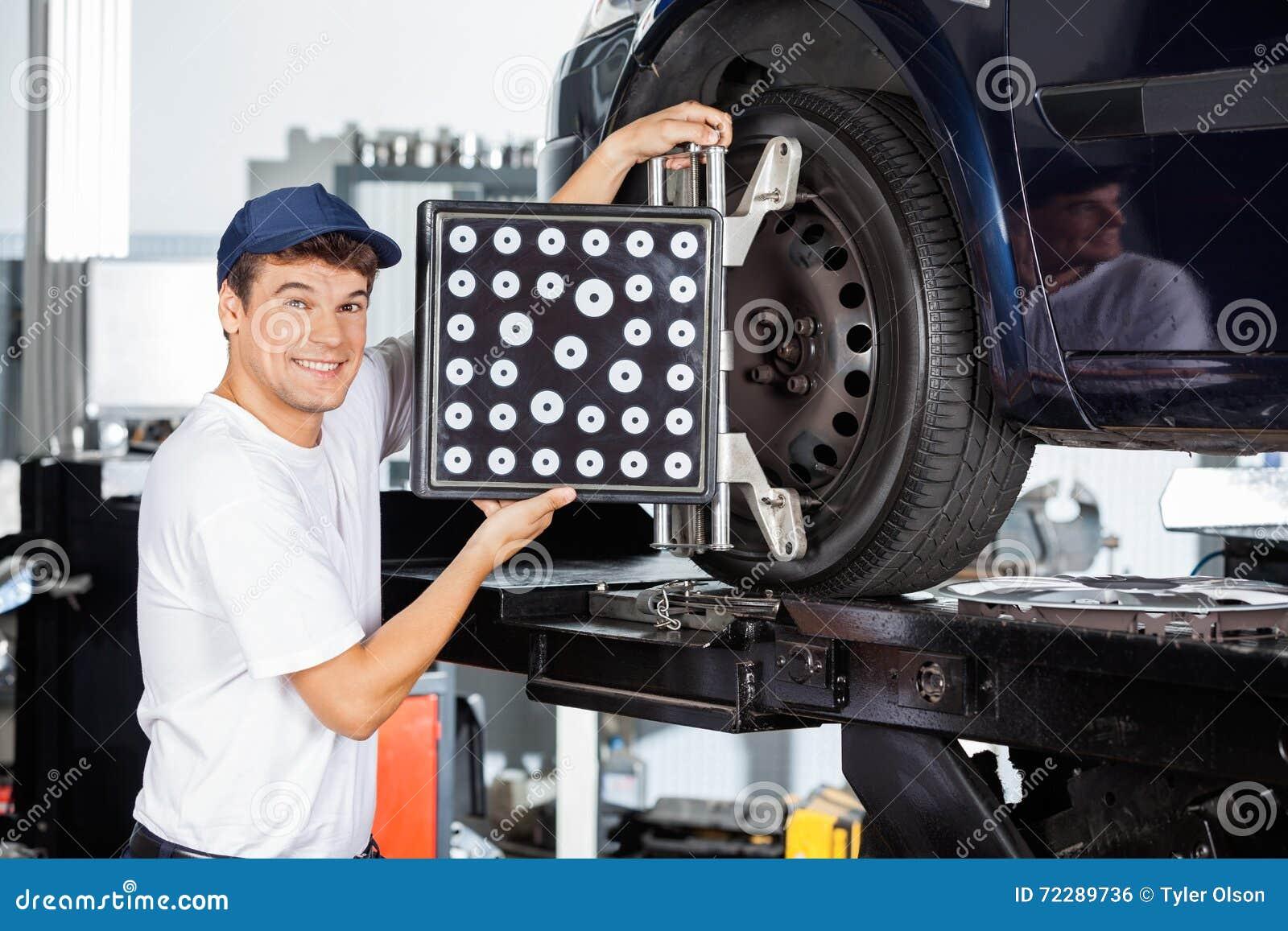 Download Механик используя Aligner колеса на автомобиле Стоковое Фото - изображение насчитывающей проверка, водить: 72289736