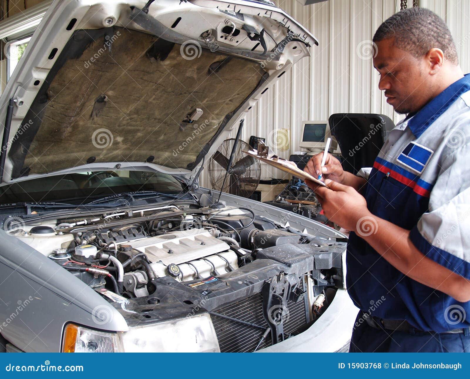 механик осмотра выполняя по заведенному порядку обслуживание