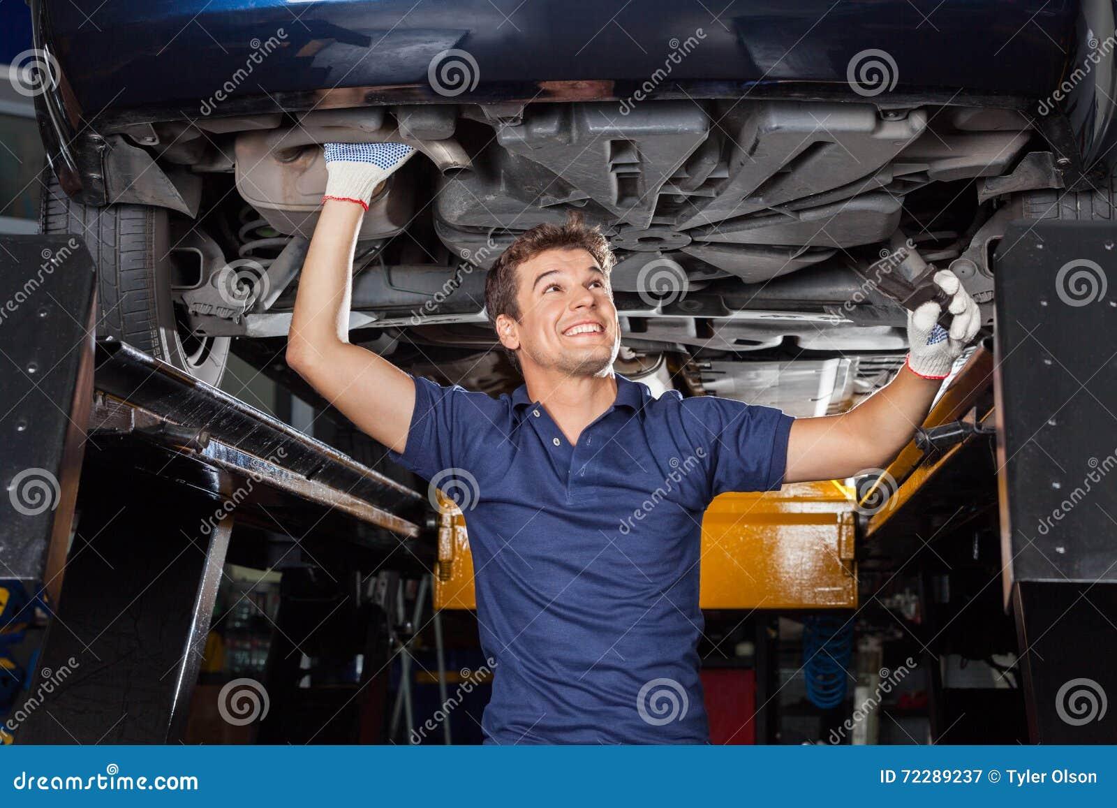 Download Механик рассматривая под поднятым автомобилем Стоковое Изображение - изображение насчитывающей человек, крыто: 72289237
