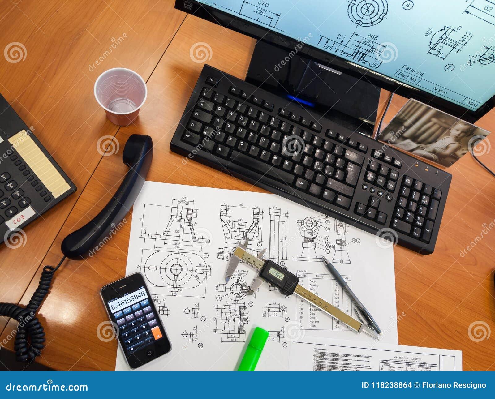 Механически проект на столе офиса