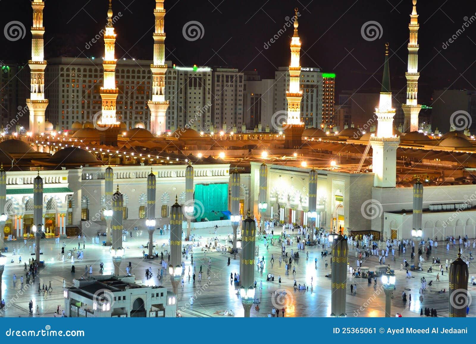 Мечеть Nabawi в Medina на конце ночи вверх