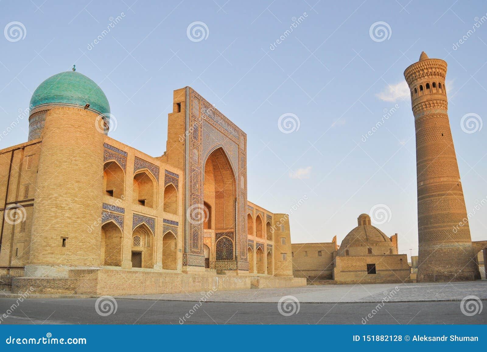 Мечеть Poi Kalyan расположена в исторической части Бухары