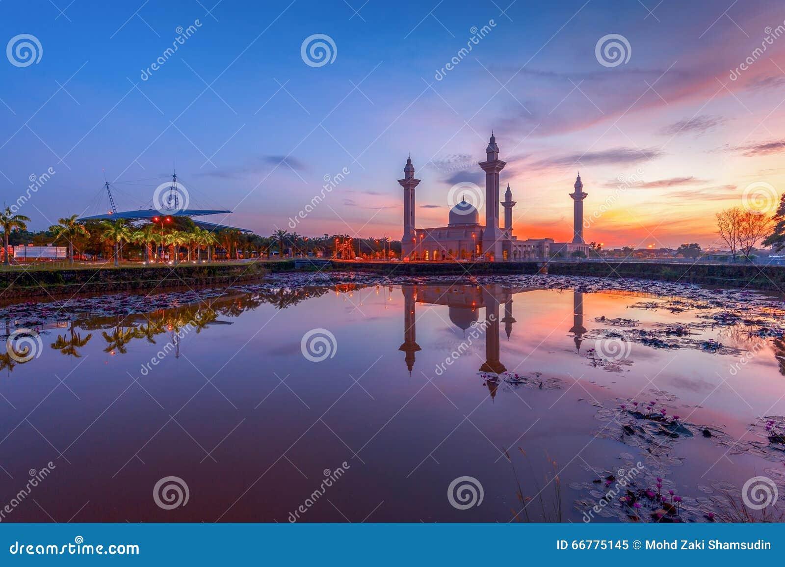 Мечеть Tengku Ampuan Jemaah на восходе солнца, Bukit Jelutong, Shah Alam Малайзии