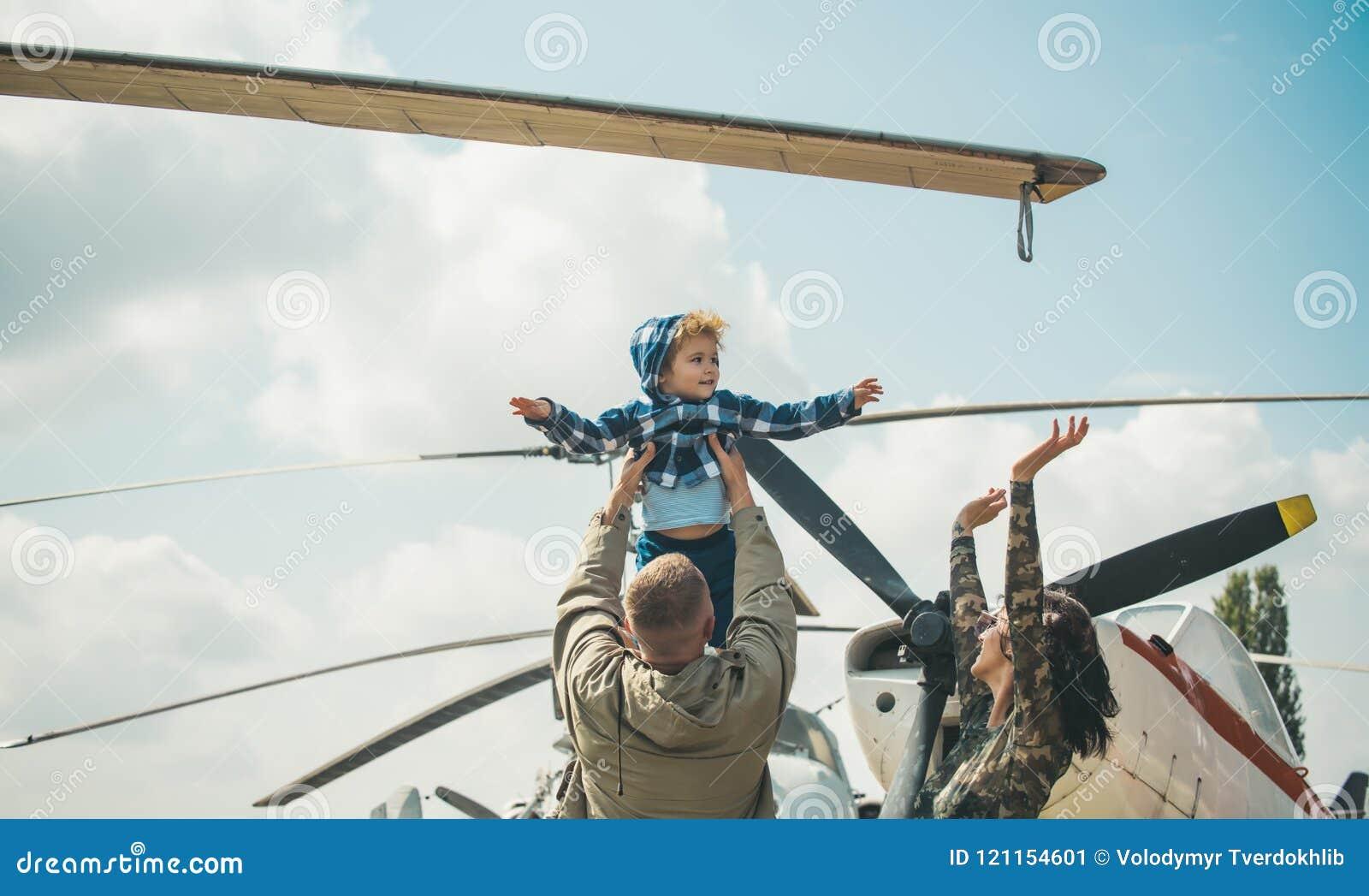 Мечтать концепция Маленький ребенок мечтая о летании в небе на самолете Маленький сын мечтая быть пилотный в отцах