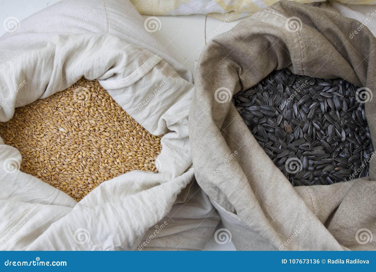 Мешки вполне с нутами, фасолями, гречихой, пшеном, пшеницей, сказали по буквам, чечевицы, зерна пшеницы Einkorn Разнообразие фасо