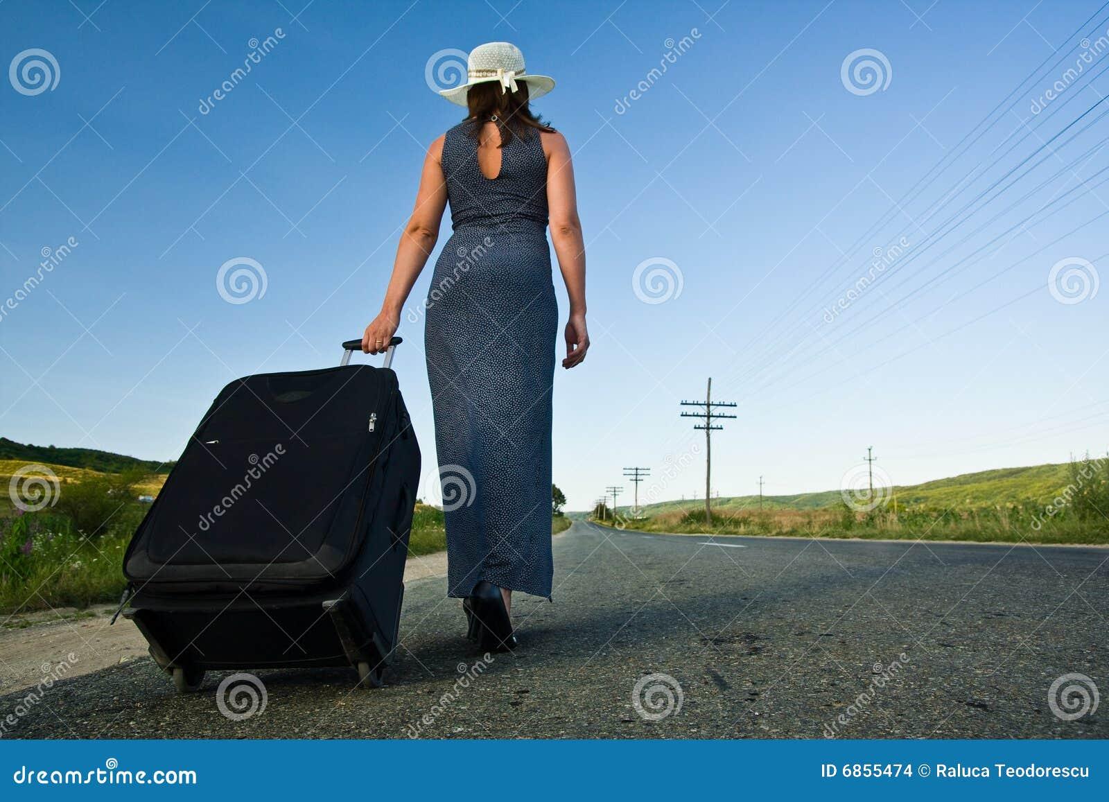 мешок нося тяжелую женщину