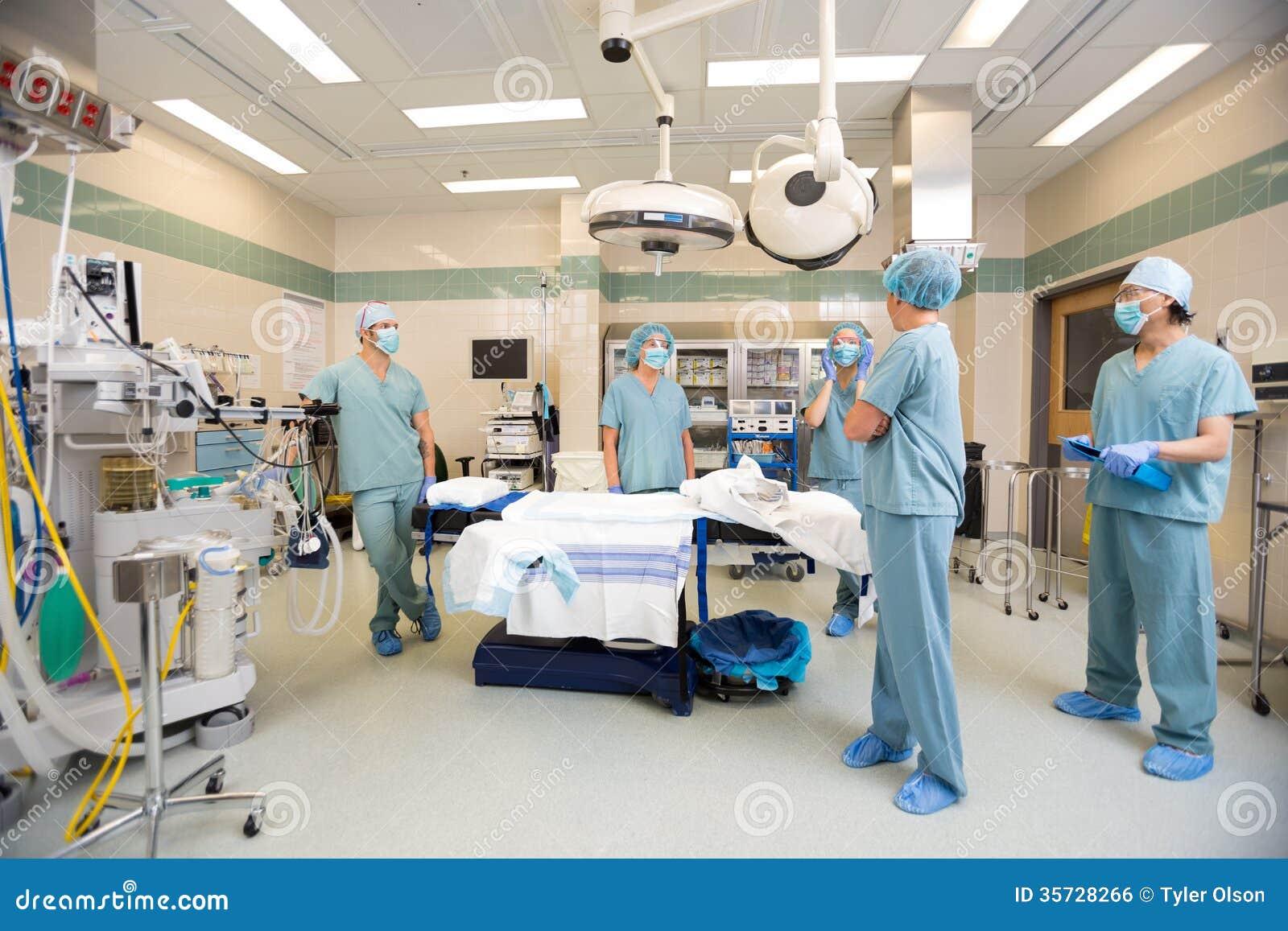 Медицинская бригада обсуждая в комнате деятельности