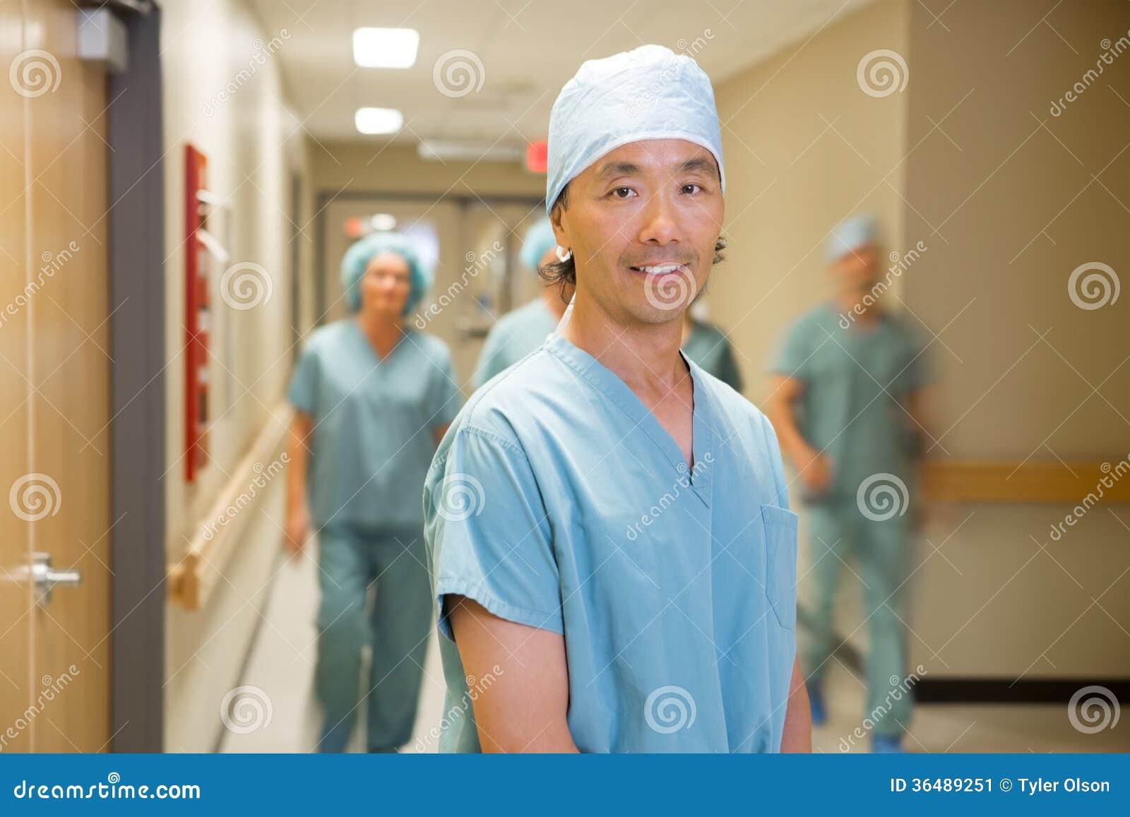 Медицинская бригада доктора С идя в больницу