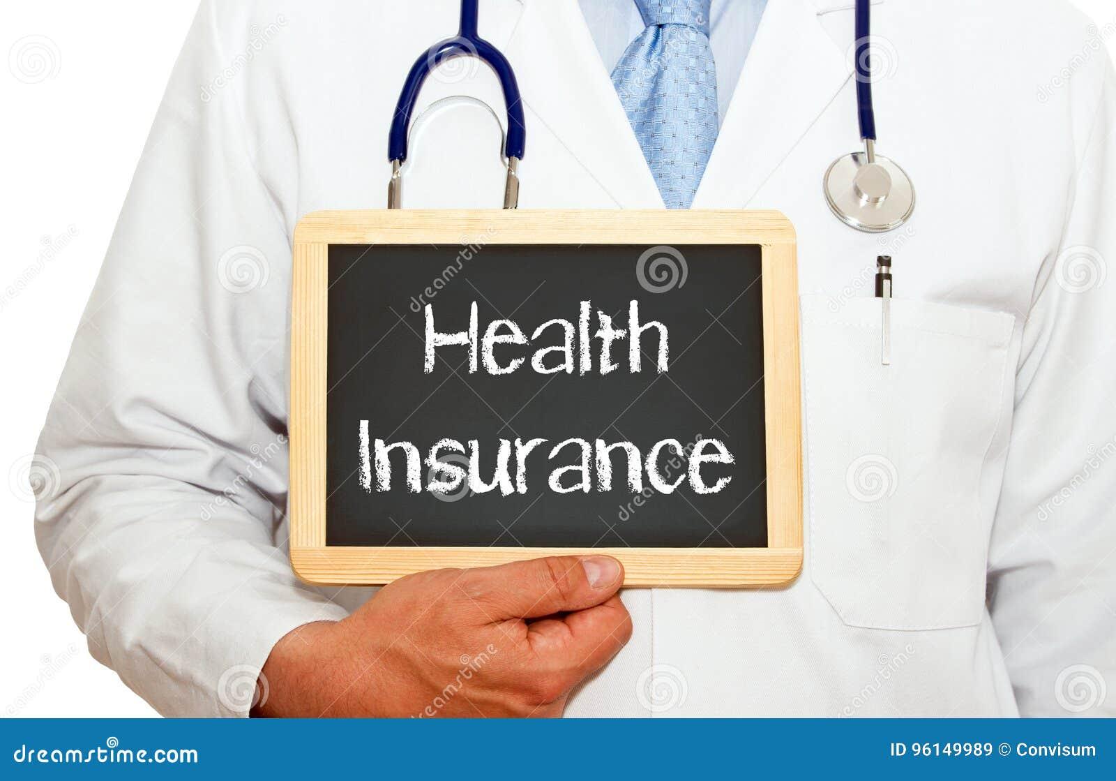 Медицинская страховка - доктор держа доску с текстом
